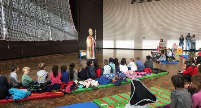 Der Nikolaus kommt zu den Grundschülern der GMS Bibrisschule